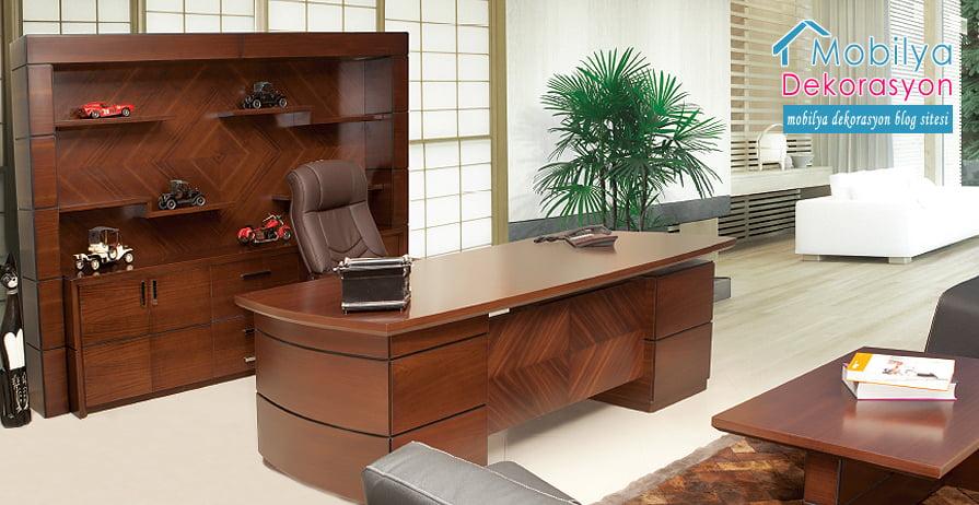 Masa, yuvarlak ve tahtadan yapılmış