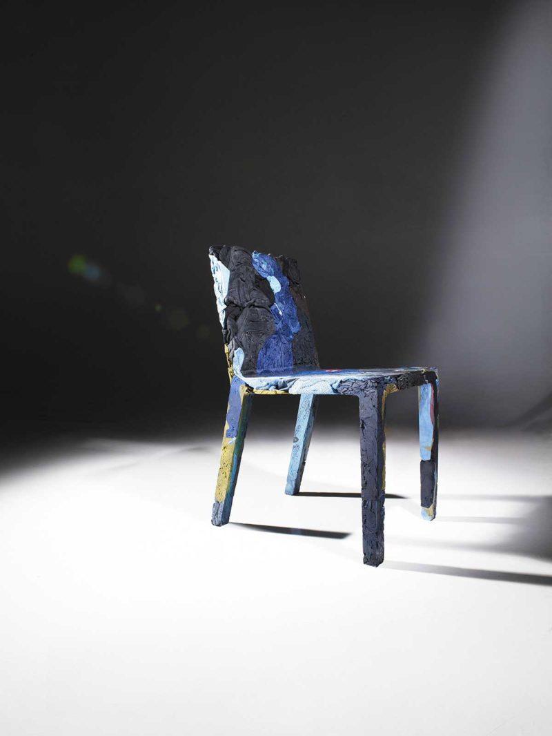 Orijinal: geri dönüştürülmüş kottan yapılmış mavi bir sandalye