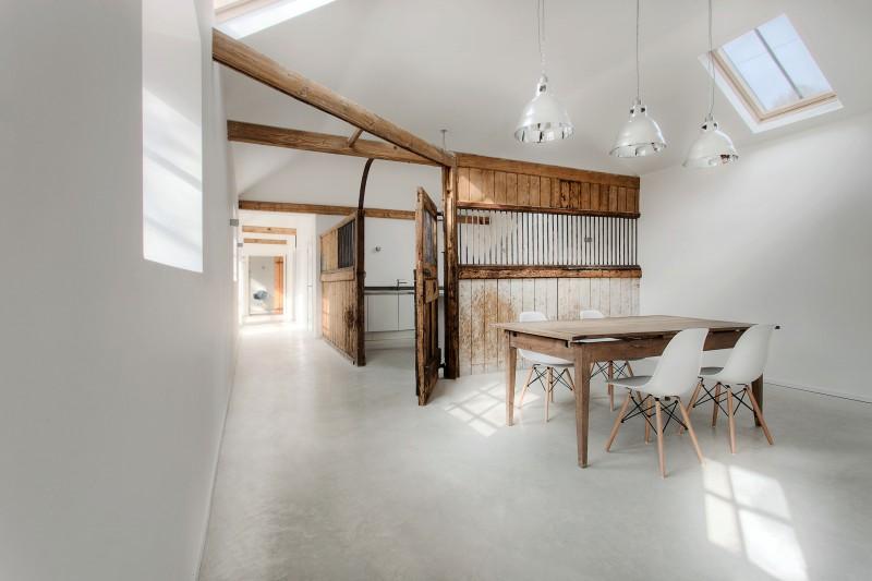Ahşap ve beton ile minimalist çatı katı