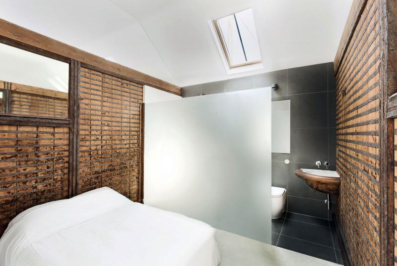 Ahşap başlıklı yatak odası