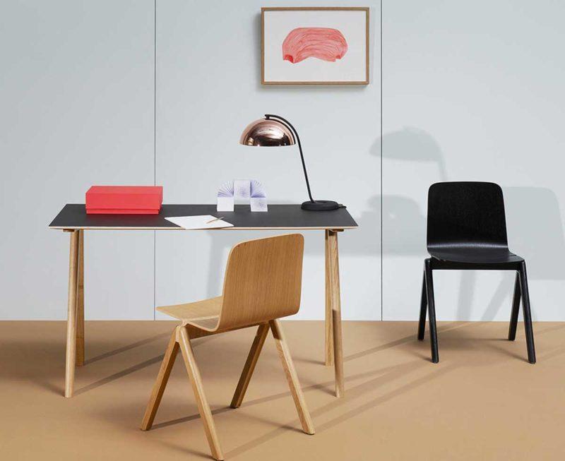 Siyah üst ve ahşap ayaklı masa