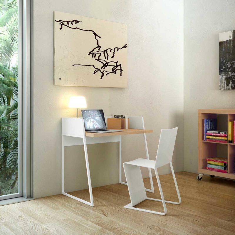 Temiz bir tasarıma sahip meşe ve beyaz metal masa