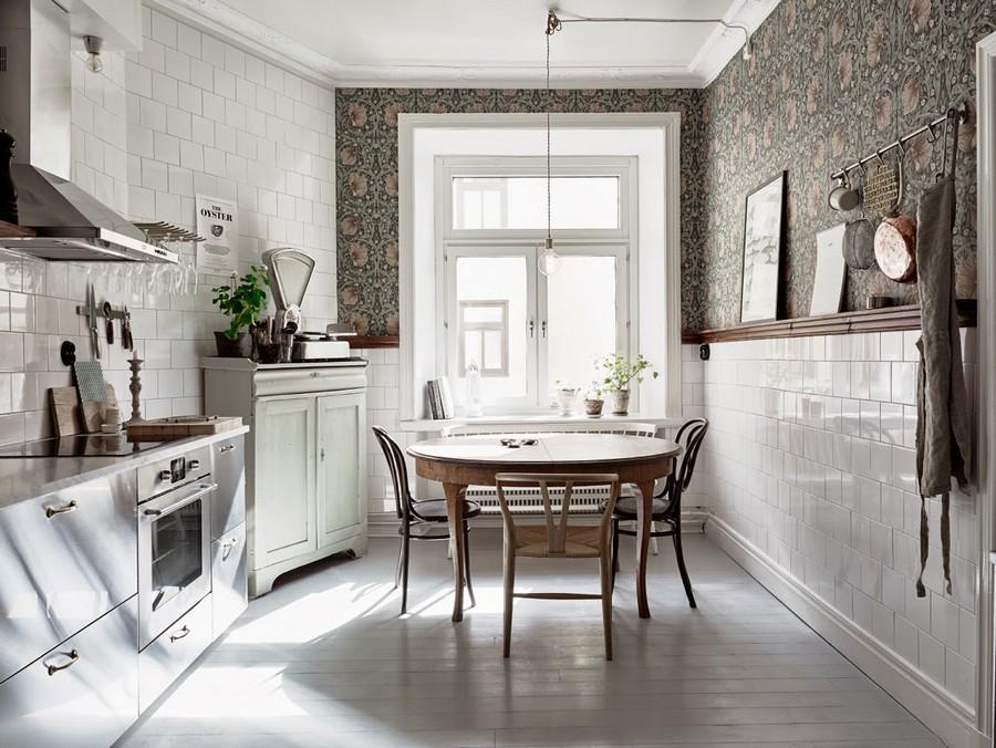 4-mutfak-duvar-kaplaması-fikirler-in-iç-tasarım-beyaz-fayans-duvar-kareler-çiçek motifleri-yeşil-pembe-desenler-parlak-dolaplar-yuvarlak yemek-masa