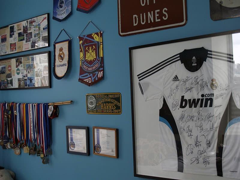 Kişisel eşyalarla oda duvar dekorasyonu