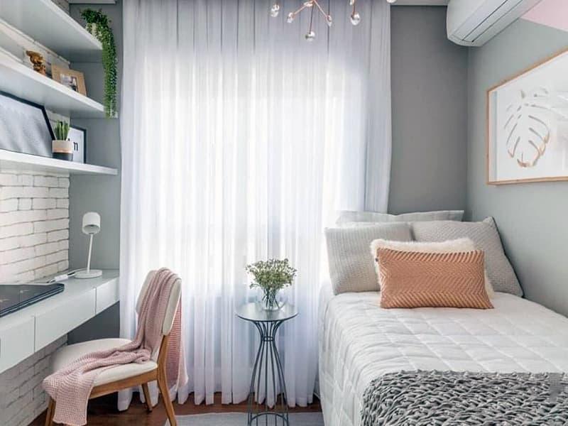 Odanın dekorasyonunda hafif sıcak renkler