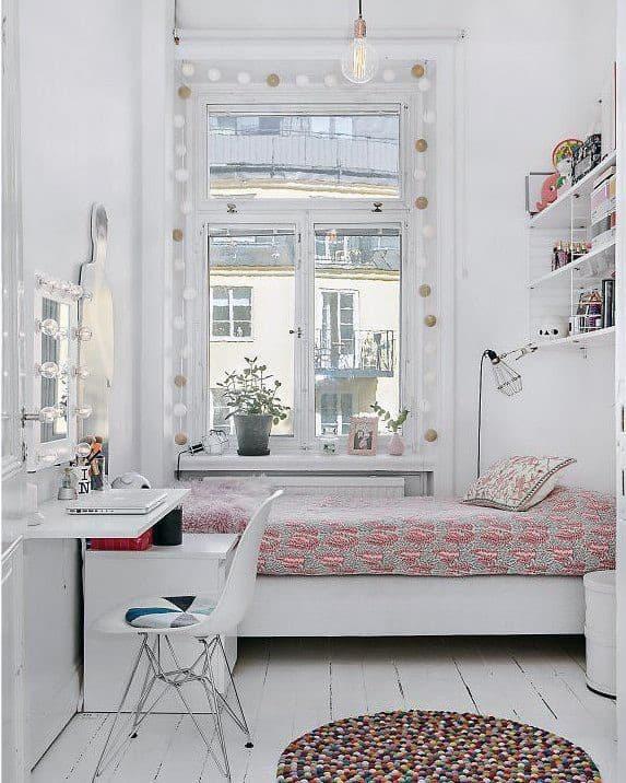 Açık renklerde küçük rahat oda