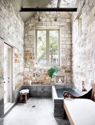banyo-dekorasyon-modelleri-tas-ve-eskitme-ahsap-kullanilan-banyo-lavabo-ve-mobilya-secimleri-2