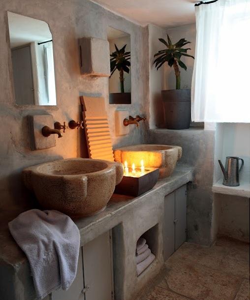 banyo-dekorasyon-modelleri-tas-ve-eskitme-ahsap-kullanilan-banyo-lavabo-ve-mobilya-secimleri-4