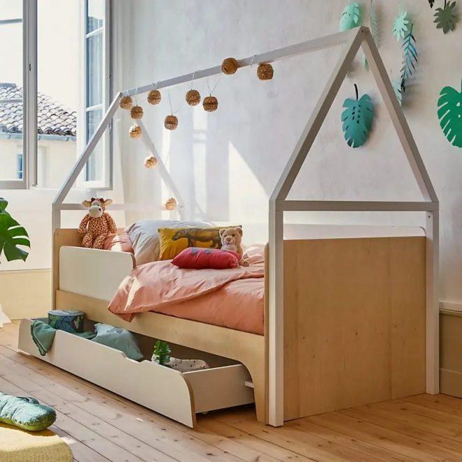 Kamara yatak, çocuk odalarında harika bir klasiktir.  Bu model, giysi, oyuncak veya nevresim koymaya yetecek büyüklükte pratik bir saklama çekmecesine sahiptir.
