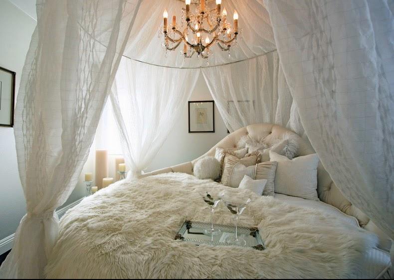 Yuvarlak kanopi ve kral yataktan kabarık ve romantik bir his