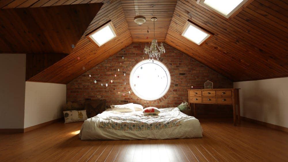 Organik Yatak ve Yastıklarla Sağlığınızı Koruyun.  Platform yatak ve tahta kaplama ile güzel çatı katı yatak odası