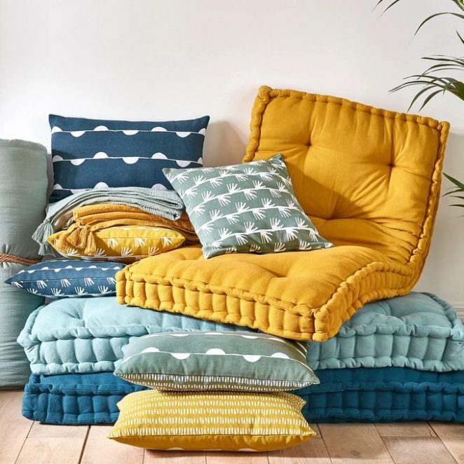 Minderler, uyku pedleri veya diğer örtüler, tüm iç mekanınızı yeniden düzenlemeden sarıyı benimsemenizi sağlar.