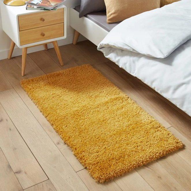 Tüylü halı yumuşaktır ve özellikle koza kaplama özelliği için bir yatak odasını dekore etmek için uygundur.