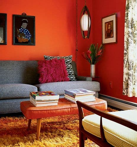 Retro bir oturma odası için turuncu kullanın