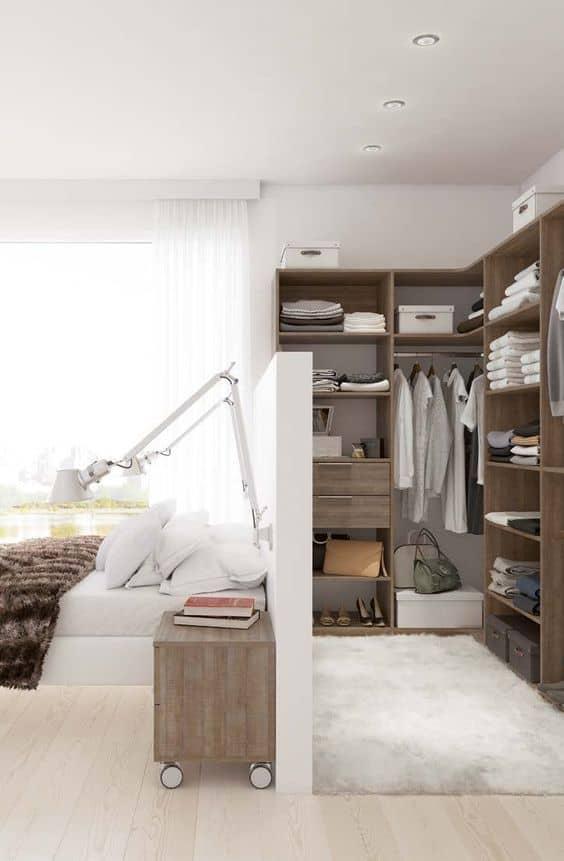 Yatağın arkasına bir giyinme odası inşa edin