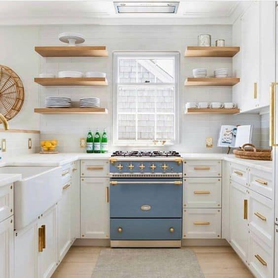 8-A-beyaz-mutfak-detaylarla-ahşap-ve-altın