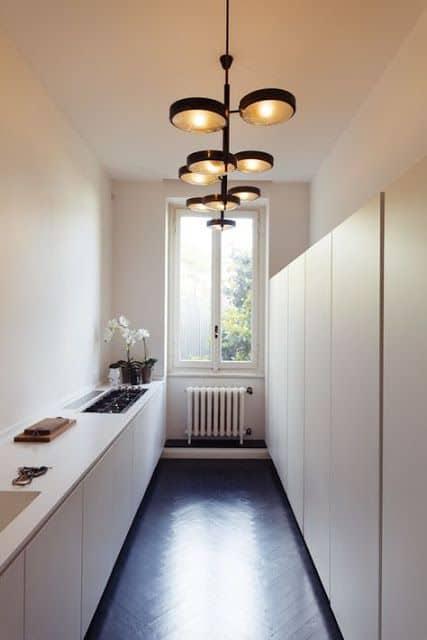 Tavanı bir tasarımcı lambasıyla dekore edin