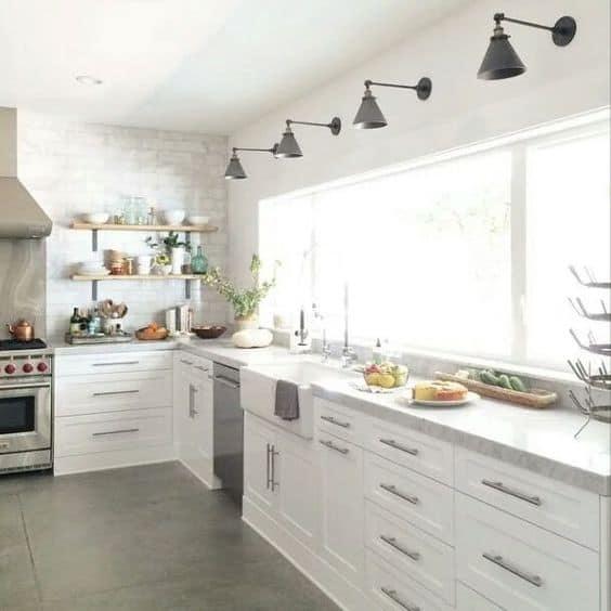 Endüstriyel bir mutfak oluşturmak için çevrimiçi olarak çok sayıda ışık kullanın