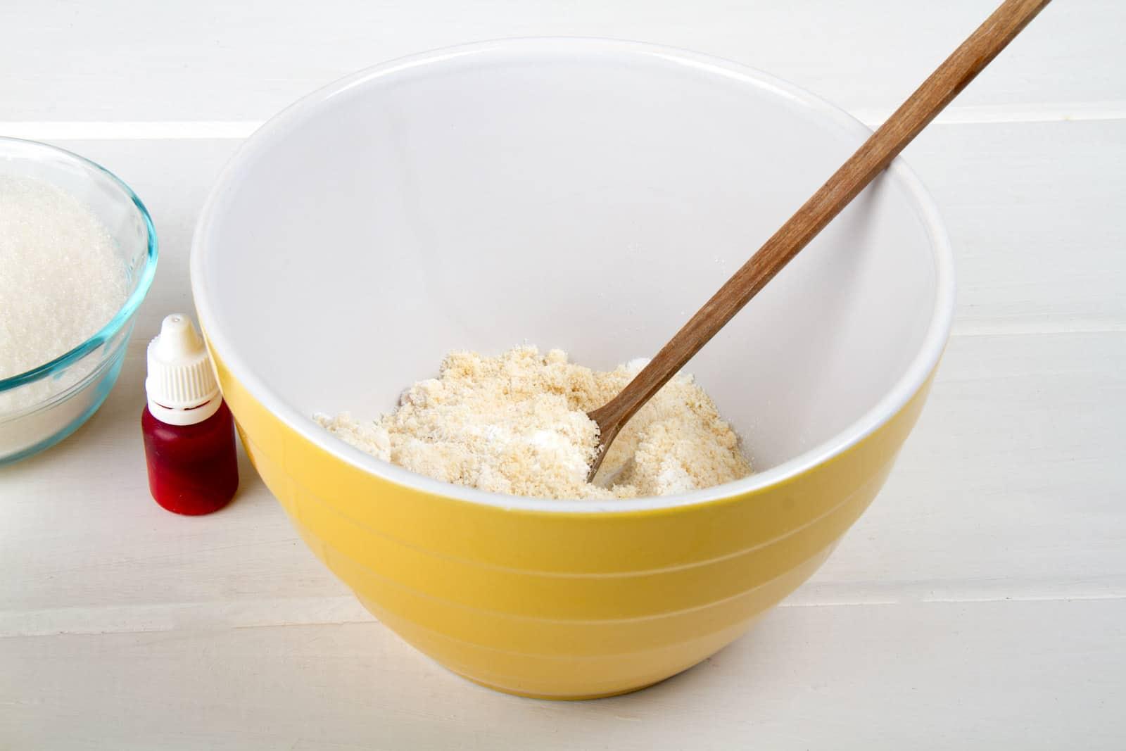 2- Badem ununu pudra şekeriyle karıştırın
