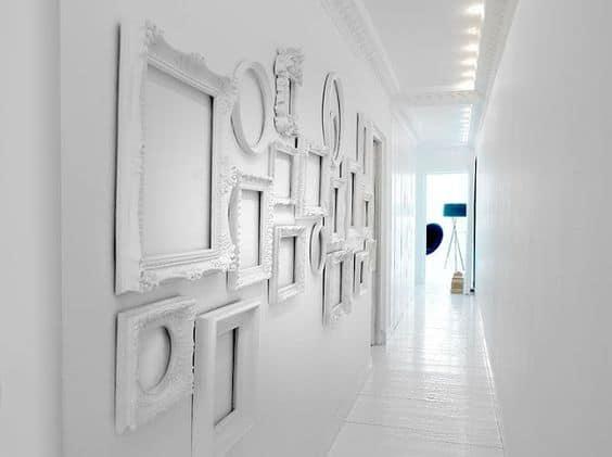 Boş çerçevelerle minimalist bir koridor oluşturun