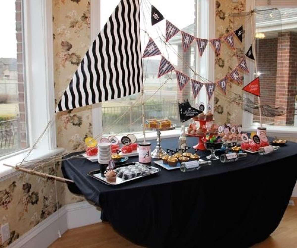 doğum günleri için dekore edilmiş masalar