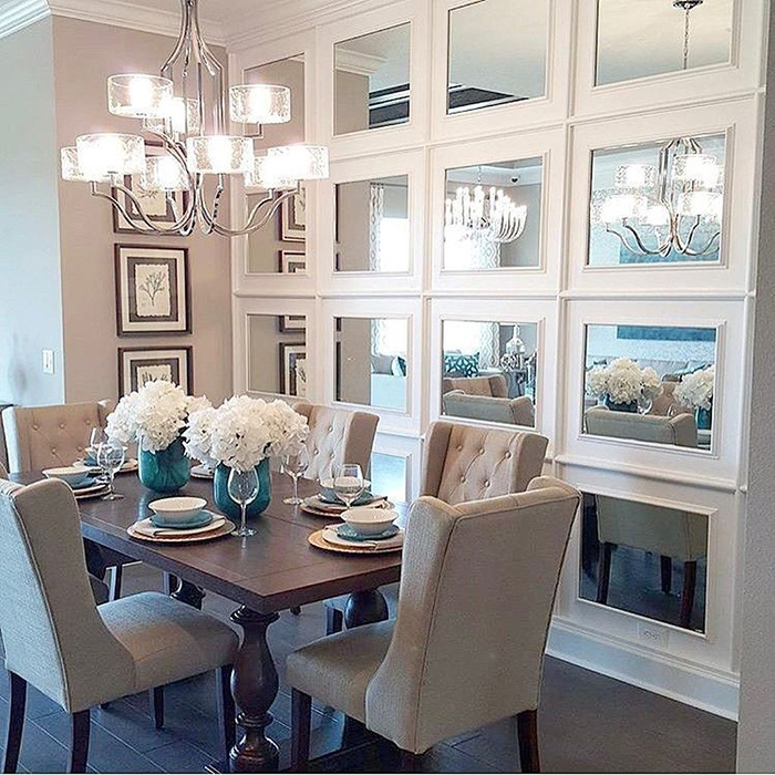 Ayna mozaiği ile süslenmiş duvarlı yemek odası