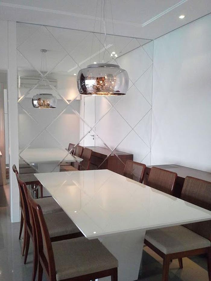 Eğimli ayna duvarla dekore edilmiş yemek odası