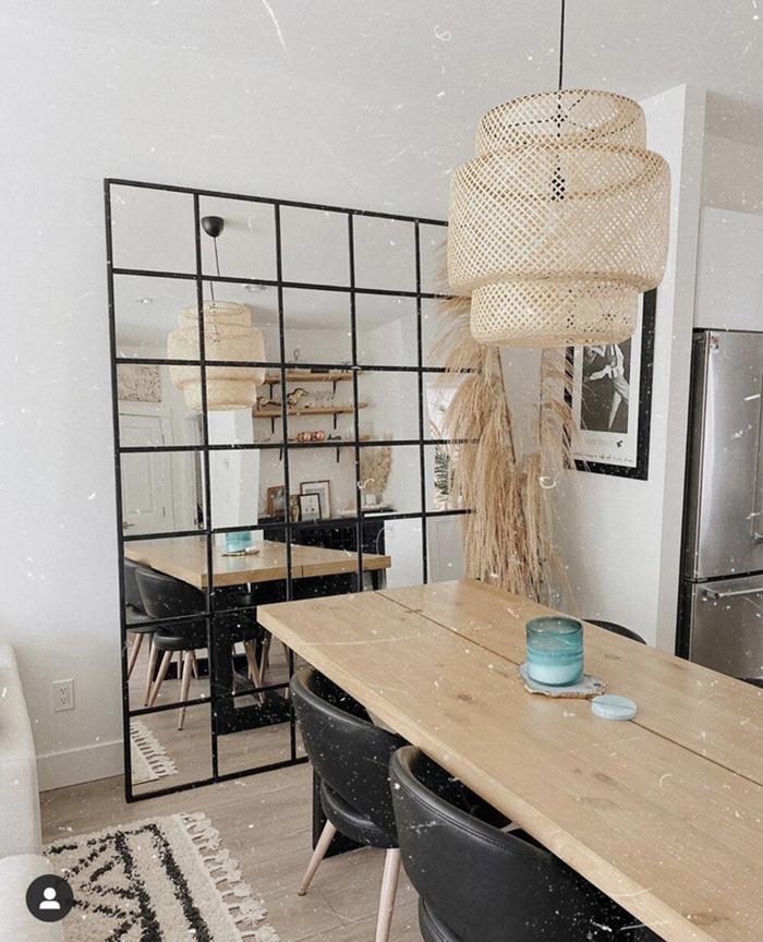 Duvara yaslanmış büyük bir aynaya sahip bir yemek odası