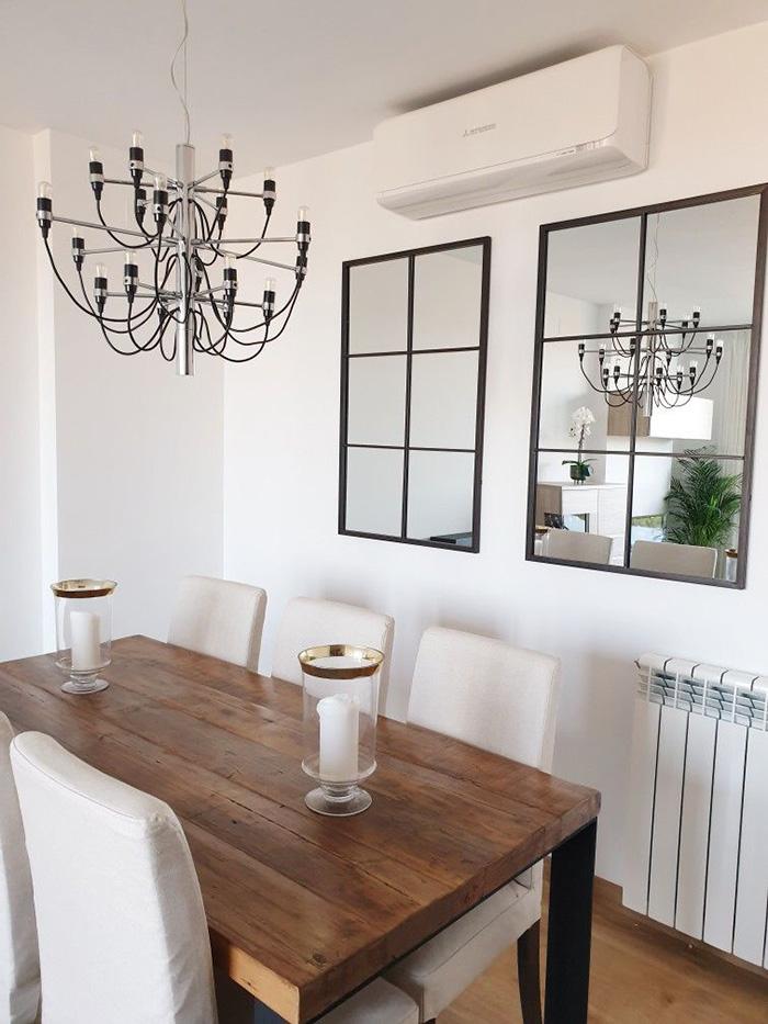 İki aynayla süslenmiş duvarlı yemek odası