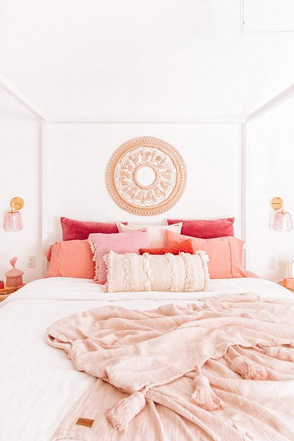 Beyaz tekstil ve güller ile neşeli ve güzel evlilik odası