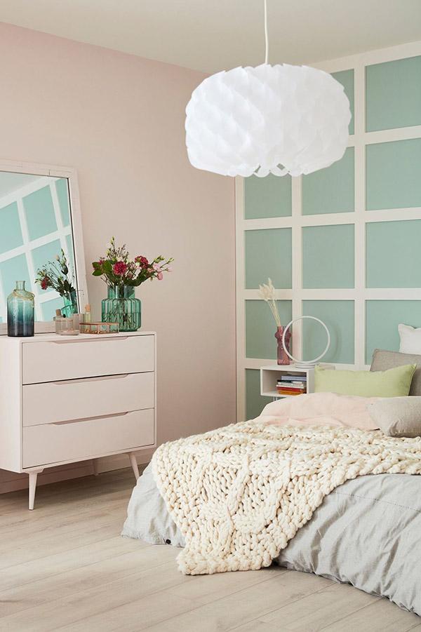Soluk pembe ve deniz yeşili boyalı neşeli ve güzel evlilik odası