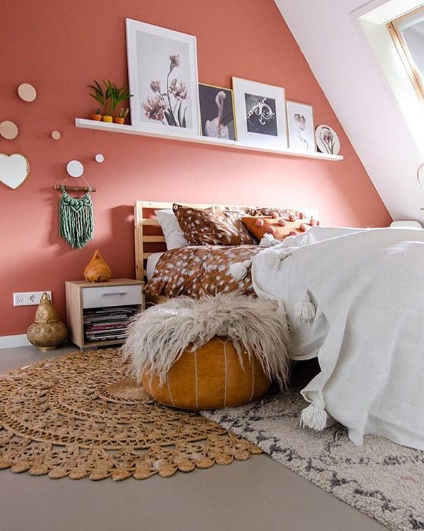Pişmiş toprak renginde neşeli ve güzel çift kişilik yatak odası