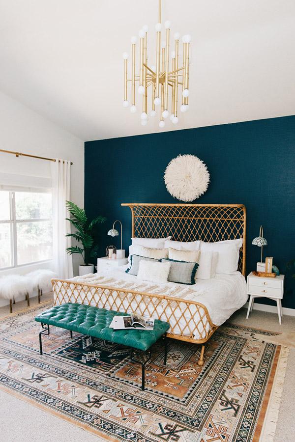 Petrol mavisi ve altın renginde neşeli ve güzel çift kişilik yatak odası