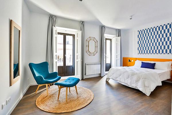 Koyu mavi ve turuncu renkli neşeli ve hoş çift kişilik yatak odası