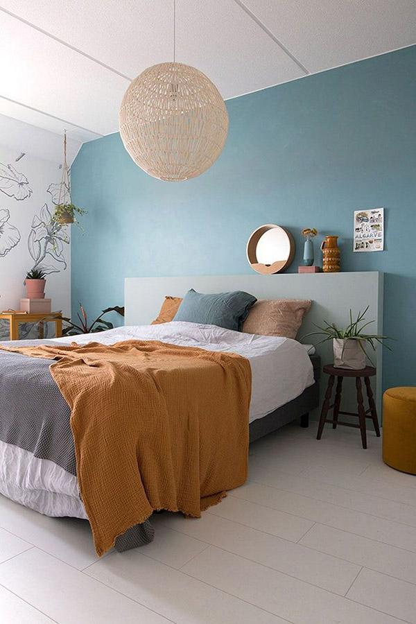 Mavi ve hardal renginde neşeli ve güzel çift kişilik yatak odası