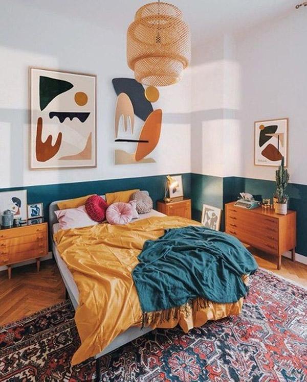 Petrol Mavisi ve Hardal İçinde Neşeli ve Hoş Çift Kişilik Yatak Odası
