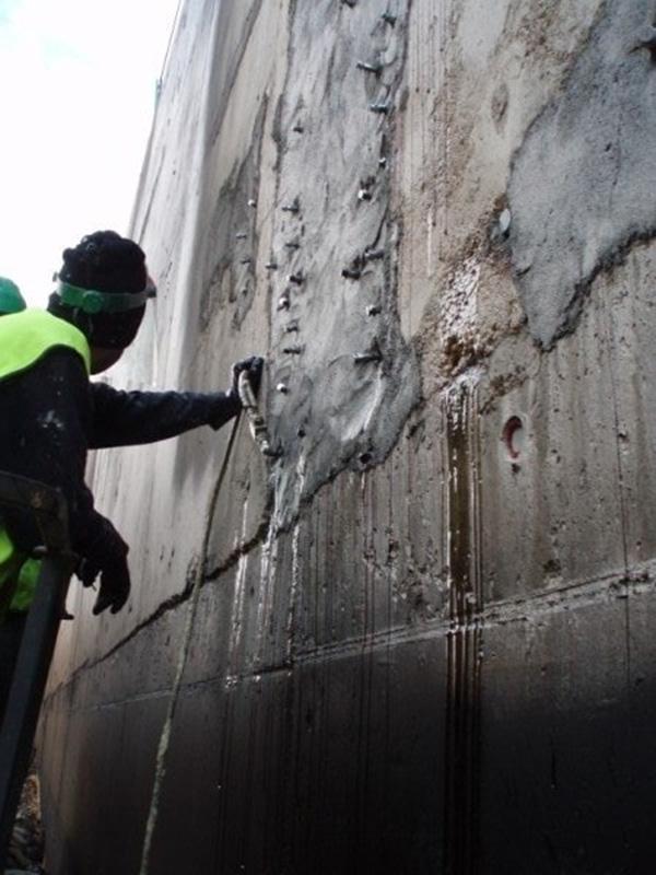 Temel duvarına epoksi harcı enjekte ederek nem onarımı