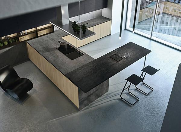 Açık renkli ahşap mobilyalarla kontrast oluşturan koyu renkli tezgahlı arrital mutfak