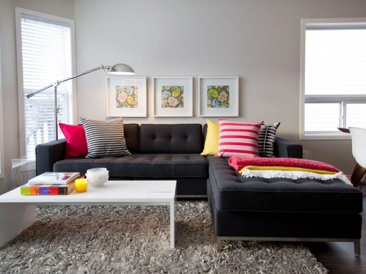 Renkli yastıklı kanepe