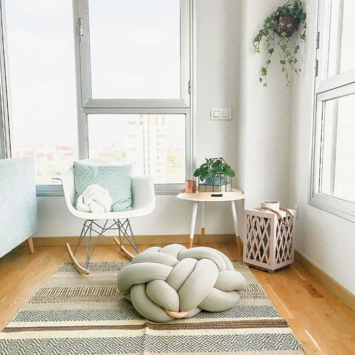 evde meditasyon odası dekorasyon köşesi yumuşak nötr renkler