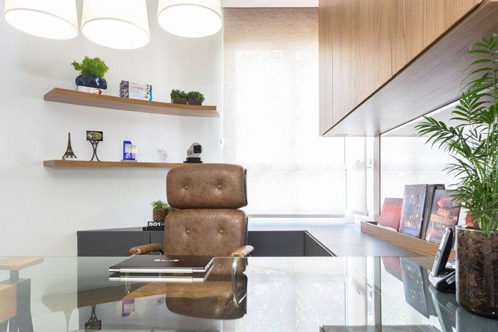 Daha az enerji harcamak için dizüstü bilgisayar veya tablet içeren ev ofisi