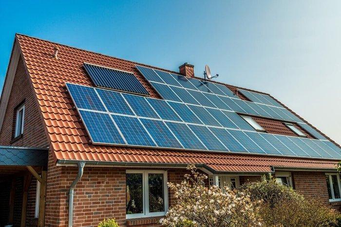 güneş panelli çatı, elektrikten tasarruf etmek için bir alternatiftir