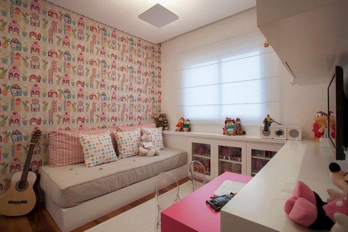 pembe duvar kağıdı ve detayları ile kadınsı yatak odası