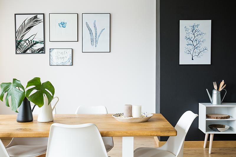 siyah-beyaz yemek odası duvar çerçeveler ve resimler kullanarak