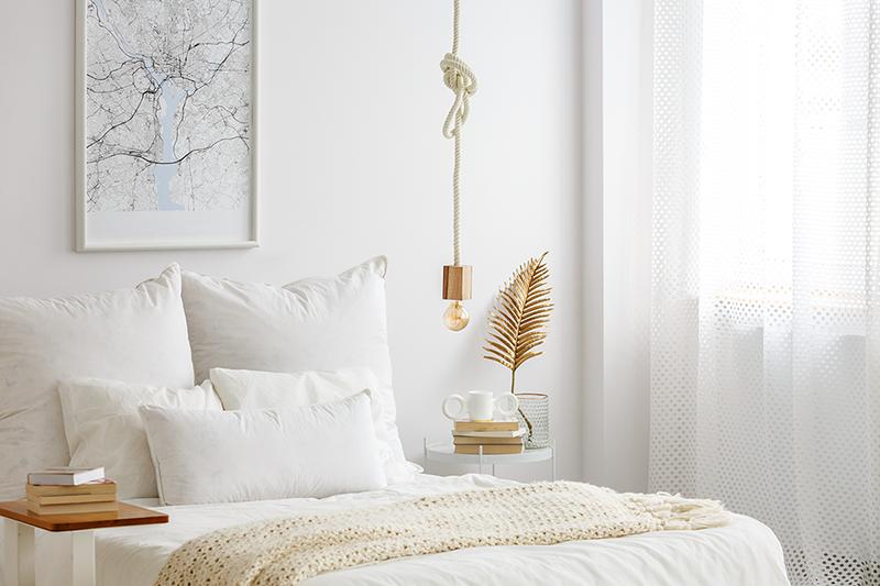beyaz ve hafif nevresimli çift kişilik yatak odası