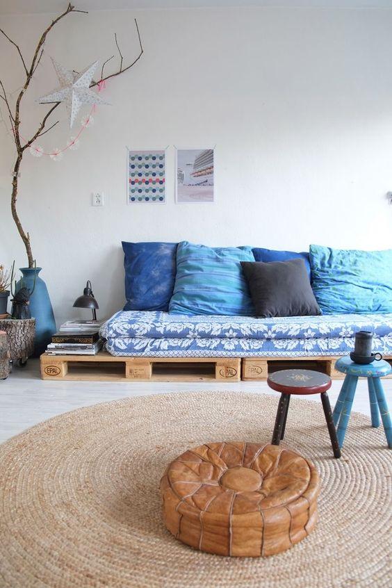 Oturma odası için palet kanepe