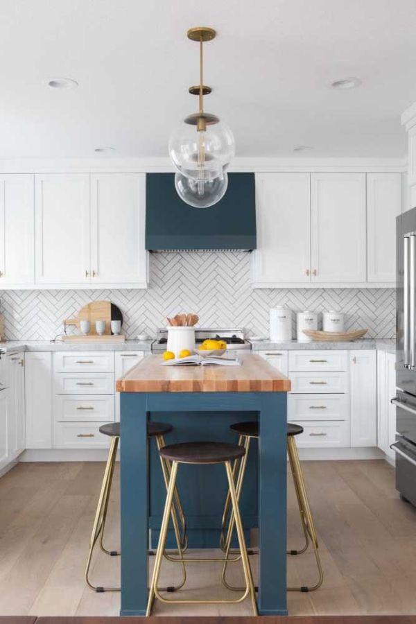 Zıt renklerde U şeklinde mutfak tasarımı