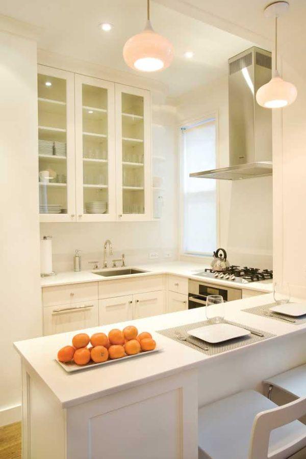 Beyaz saklama ve çalışma yüzeyleri U şeklinde mutfak