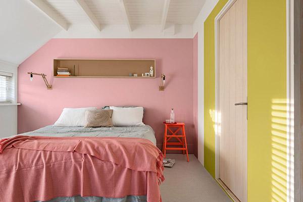 Pembe ve sarı boyalı güzel ve neşeli çift kişilik yatak odası
