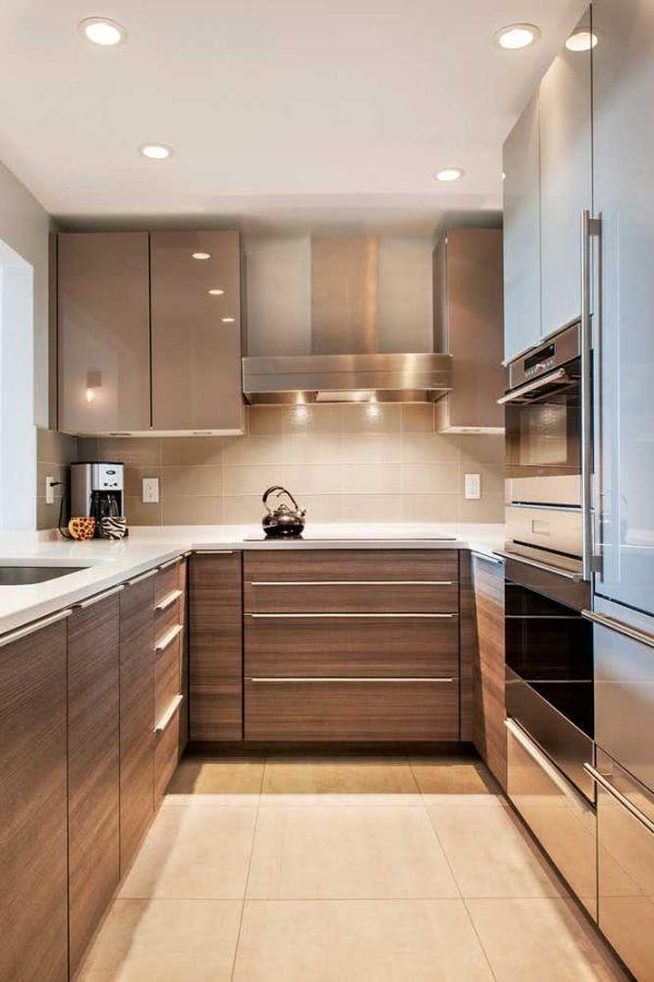 U şeklinde güzel bir mutfakta ışıklı mutfak tasarımı
